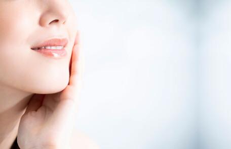 口角を引き上げる